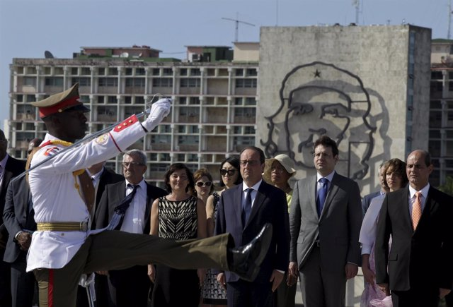 French President Francois Hollande ttends a wreath laying ceremony to Cuba's ind