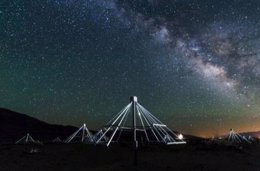 Antenas de la OV-LWA con el centrod e la Vía Láctea de fondo