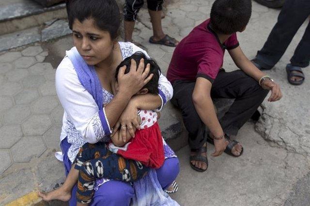 Una madre consuela a su hijo tras el último terremoto en Nepal