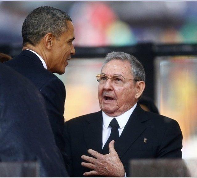 Barack Obama y Raúl Castro en el funeral de Mandela
