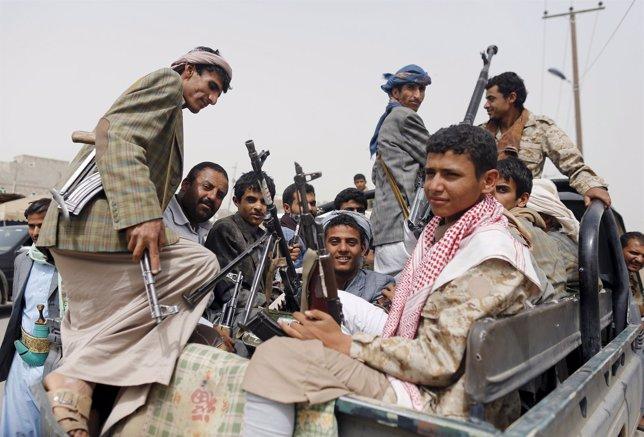 Combatientes huthis en el aeropuerto de Saná