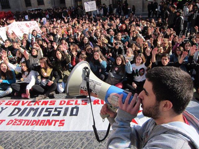 Estudiantes se manifiestan en la plaza Sant Jaume de Barcelona