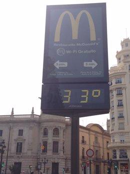 Termómetro marca 33 grados en Valencia.