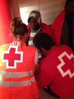 Inmigrantes llegados a Ceuta son atendidos por Cruz Roja