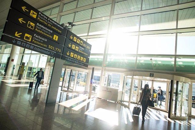Viajera en aeropuerto de España