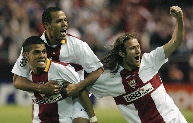 Dani Alves, Luis Fabiano y Diego Capel con el Sevilla