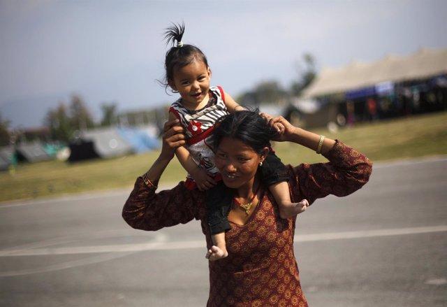 Una madre y su hija, afectadas por el terremoto en Nepal