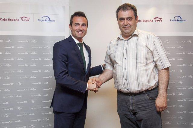 Los firmantes del acuerdo Caja España-Taxistas