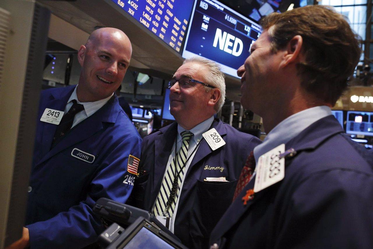 Un grupo de operadores en el parqué de Wall Street en Nueva York, sep 3 2013
