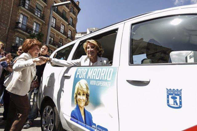 Esperanza Aguirre en un taxi con su imagen