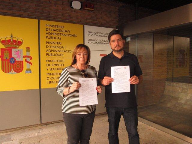 Ignacio Blanco y Marga Sanz muestran la carta dirigida a Montoro