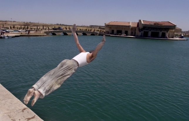 Un iraquí se zambulle en el lago del palacio presidencial de Mosul