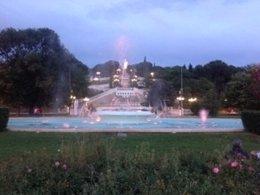 Fuente iluminada en el Parque Grande