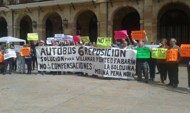 Vecinos de Villamar se concentran en Oviedo para reclamar la línea 6 de bus