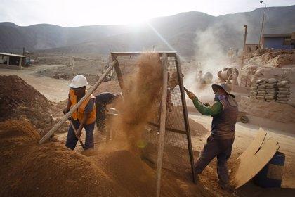 Sindicatos de trabajadores de grandes mineras en Perú prevén acatar la huelga desde el lunes
