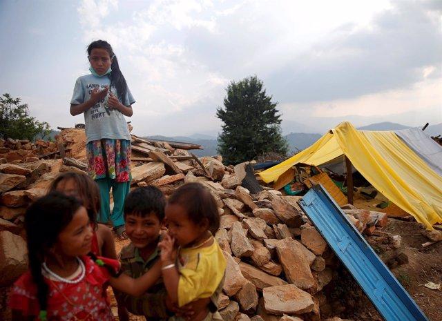 Niños delante de su casa derruida en Nepal