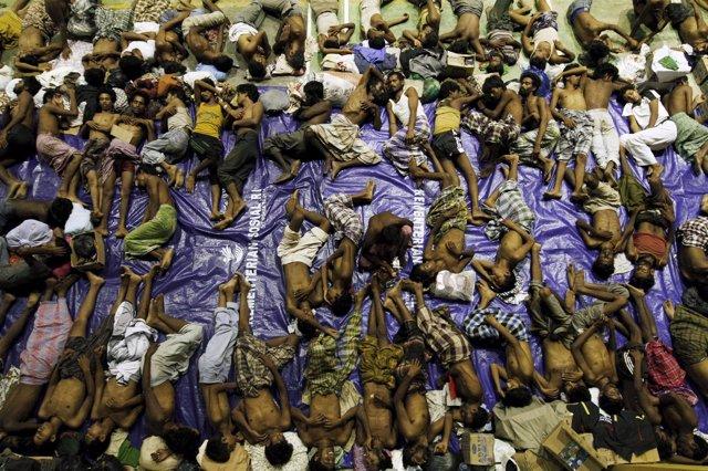 Migrantes Rohingya en el barco verado en el sudeste asiático