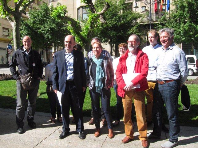 Barkos, en el centro, junto a candidatos de Geroa Bai
