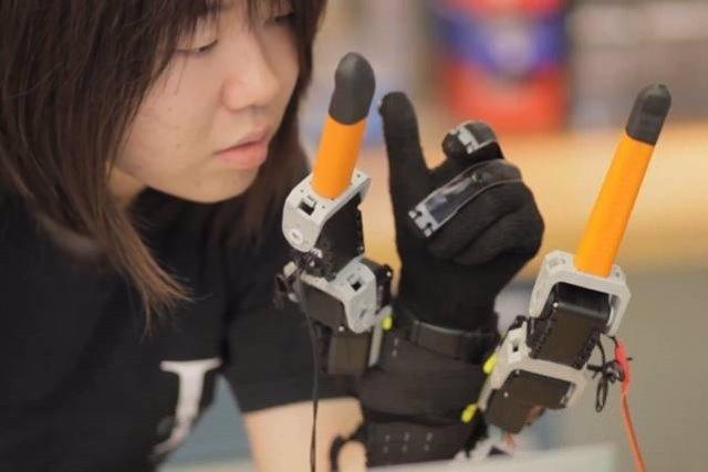 Un dispositivo robótico añade dos dedos a la mano