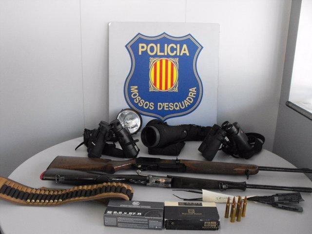 Material de caza intervenido por los Mossos a cazadores furtivos en Farrera