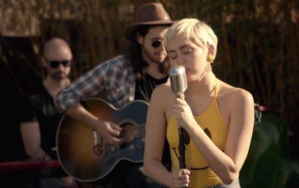 Vídeo: Miley Cyrus versiona a Paul Simon y Happy Together de The Turtles
