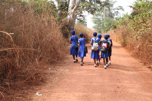 Niñas van a la escuela en Sierra Leona
