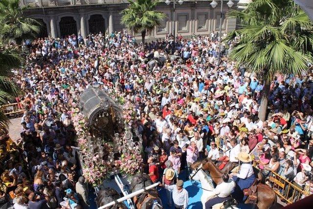 Simpecao de Emigrantes frente al Ayuntamiento de Huelva.