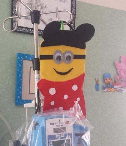 Superquimions: Los Minions que decoran las bolsas de quimioterapia de niños en Jerez