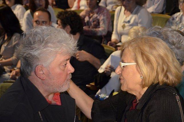 Pedro Almodóvar con la candidata a la Alcaldía de Madrid Manuela Carmena