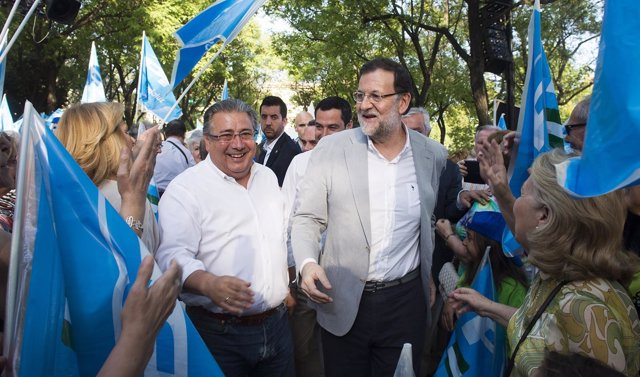 Mariano Rajoy y Zoido en el mitin de Sevilla