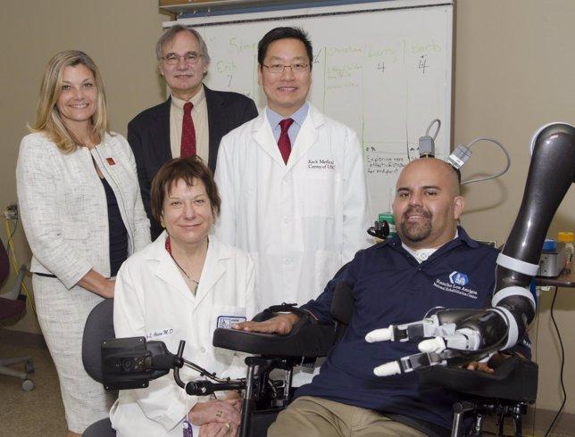 Paciente mueve un brazo robótico usando el pensamiento