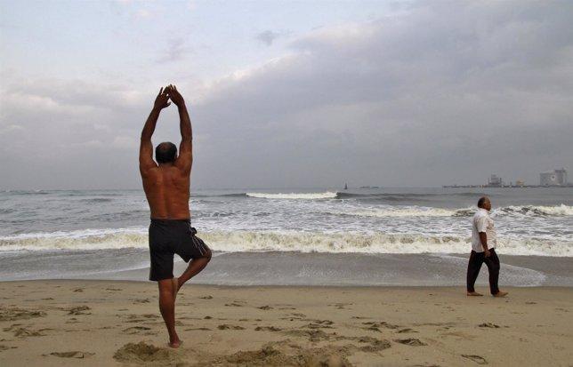 Hombre se relaja en la playa