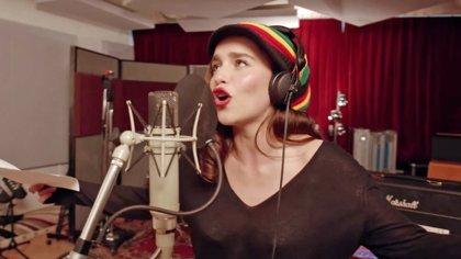 La Khaleesi Emilia Clarke canta reggae en el musical de Juego de tronos