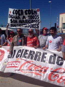 Representantes de Podemos, con los despedidos de Coca Cola
