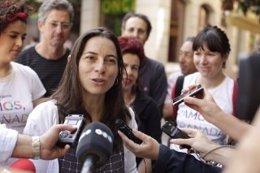 La portavoz de Vamos Granada atendiendo a los medios