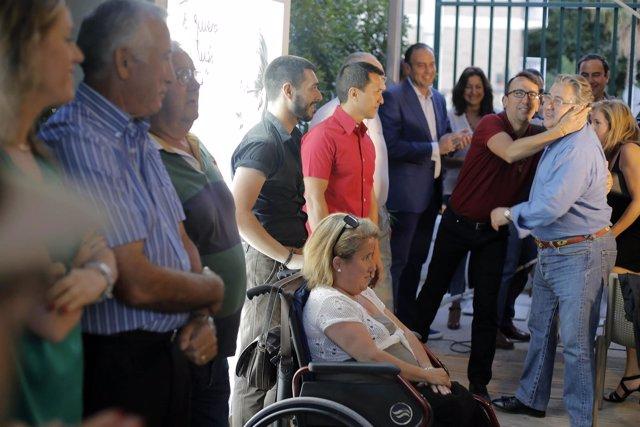 Zoido saluda a vecinos en el cierre de campaña