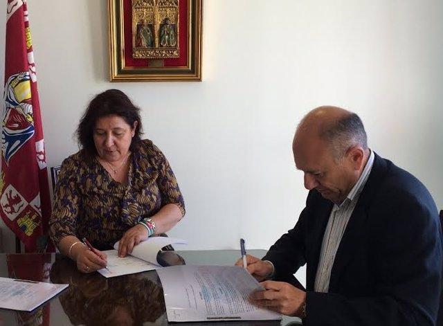 La alcaldesa de Niebla, Laura Pichardo, con Cementera Cosmos.