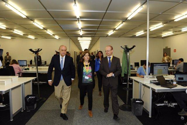 Sáenz de Santamaría y Fernández Díaz visitan el Centro de Difusión de Datos