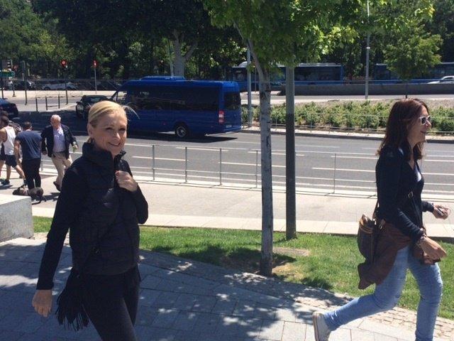 Cifuentes pasea por Madrid Río en su jornada de reflexión
