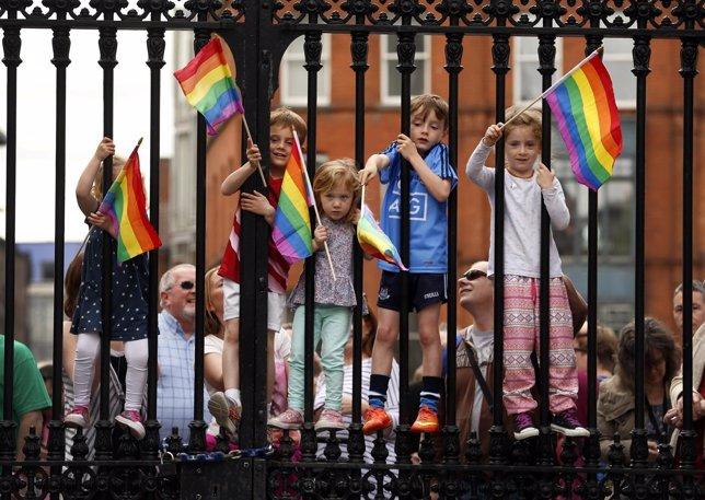 Niños celebran la victoria del sí en el referéndum del matrimonio homosexual