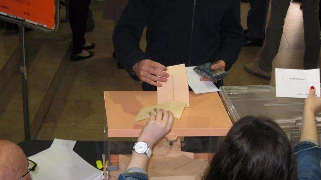 Un ciudadano vota en las elecciones municipales y autonómicas, en Aragón