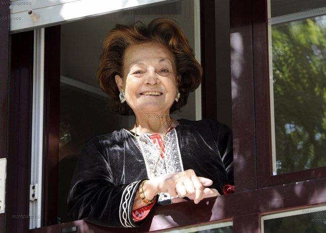 Carmen Sevilla, la actriz, saluda desde la ventana