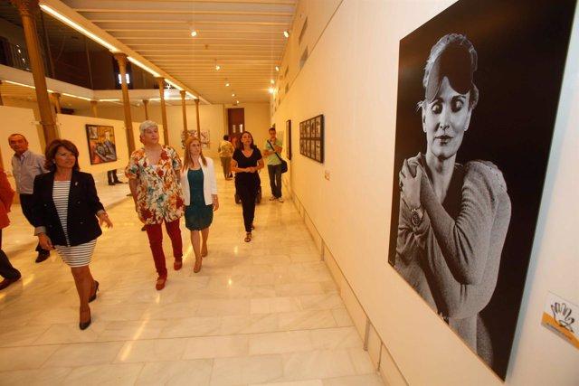 Gómez visita la muestra junto a Luz y Aguilera