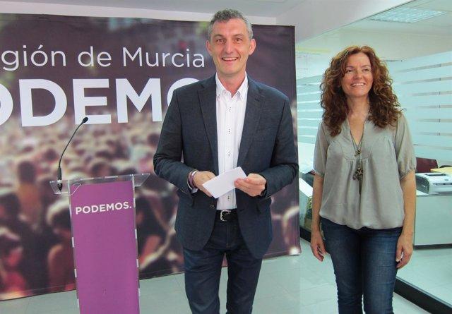 Óscar Urralburu y María Ángeles García Navarro en la sede de Podemos