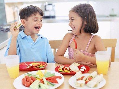 La dieta de los niños debe contener dos o tres raciones de lácteos al día, 5 piezas de fruta y verdura diaria y cereales