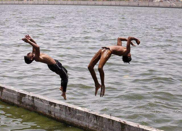 Niños bañándose en el río Sabarmati, en India