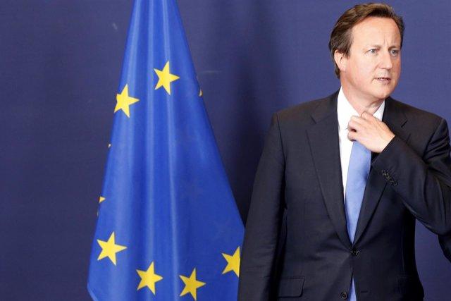 David Cameron junto a una bandera de la UE.