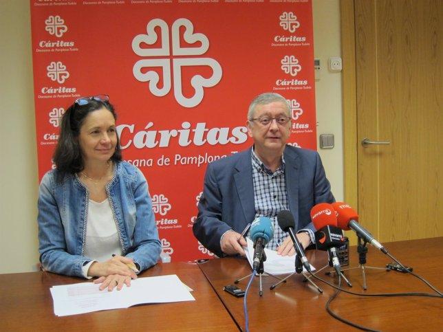 Ana Urmeneta y Ángel Iriarte, de Cáritas, en la rueda de prensa