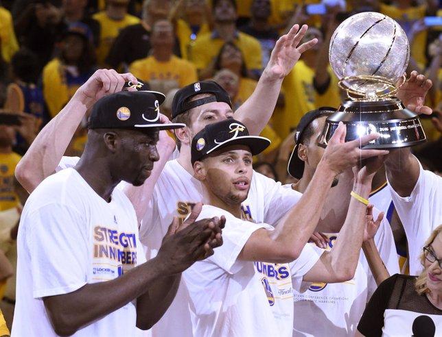 Curry levante el trofeo de campeón del Oeste