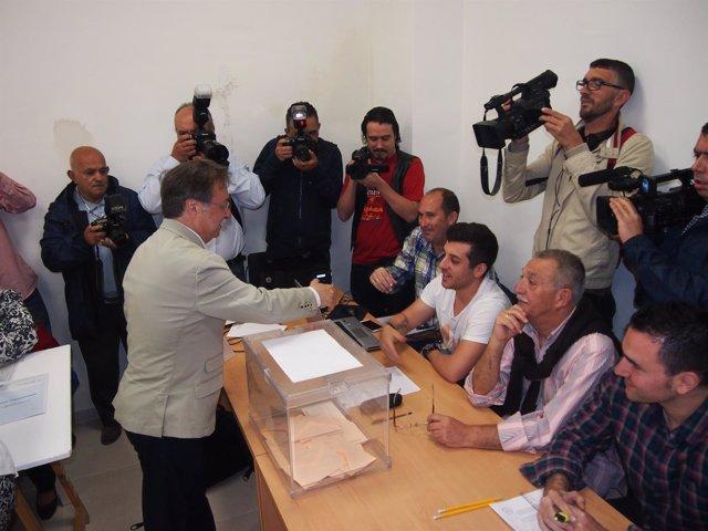 El presidente de Ceuta, Juan Vivas, vota
